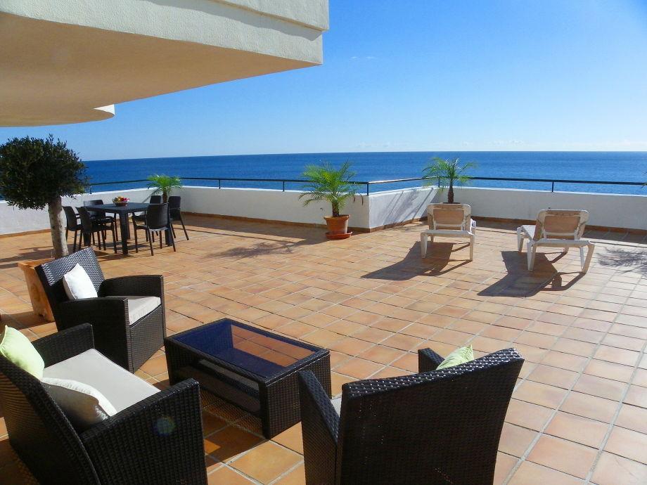 grosse Terrasse mit Panorama-Meerblick