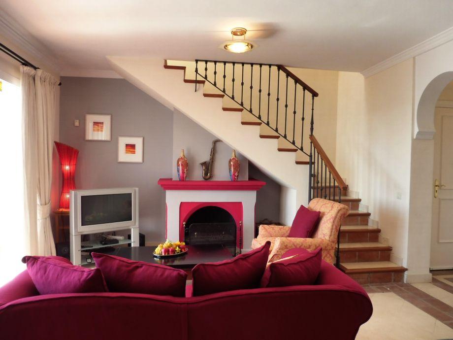 grosses Wohnzimmer mit Kamin
