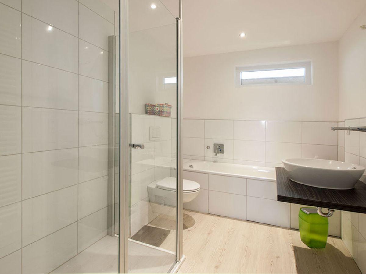 Schönes schlafzimmer modernes bad mit glasdusche