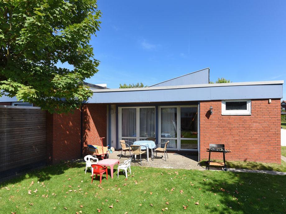 Ferienhaus Roseneck mit Terrasse und Gartenmöbeln