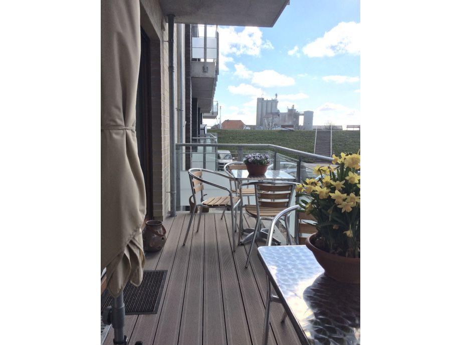 Balkon mit 2 Tischen und 4 Stühlen