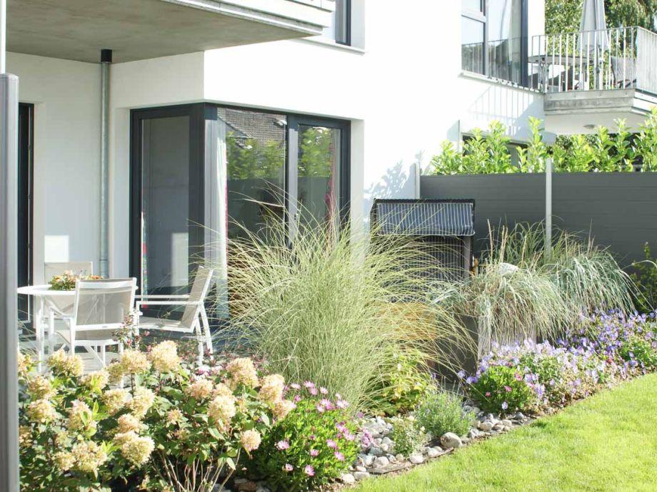 schöne Terrasse mit kleinem Gartem