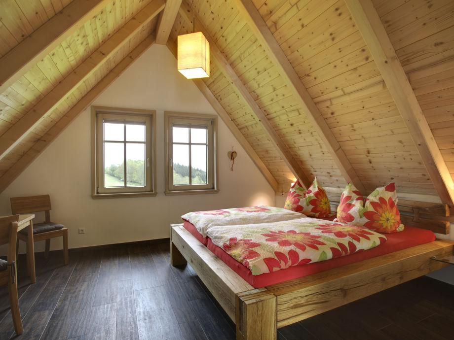 Schlafzimmer mit rustikalem Doppelbett
