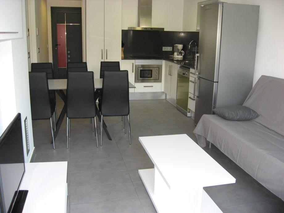 Wohnraum mit Esstisch und Kochnische