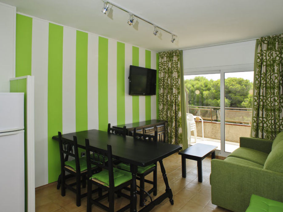 Wohnraum mit Esstisch für 4