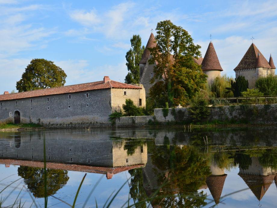 Der Natursee des Schlosses lädt zum Schwimmen ein