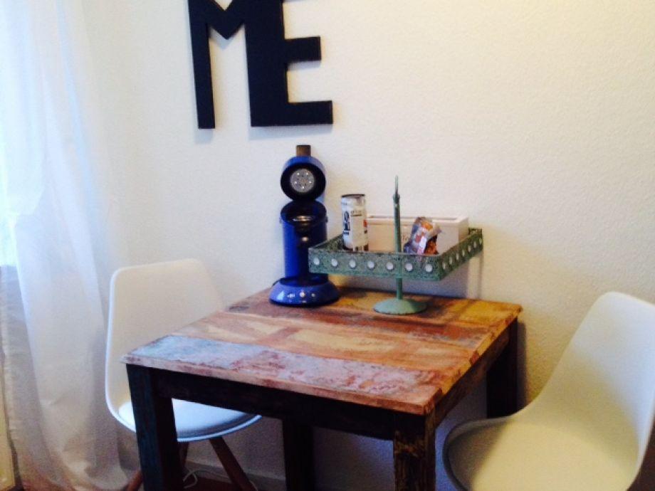 Esstisch mit Padmaschine und Tee