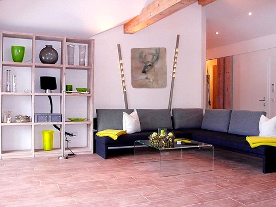 Wohnzimmer mit moderner Einrichtung