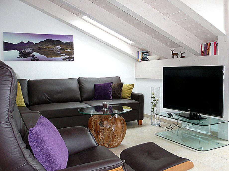 Gemütliches Wohnzimmer mit großem Flachbild-TV