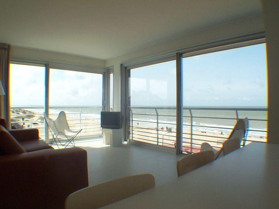 Der offene Wohn- und Essbereich mit Blick aufs Meer
