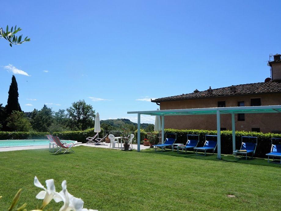 Pool mit Liegewiese und Pergola