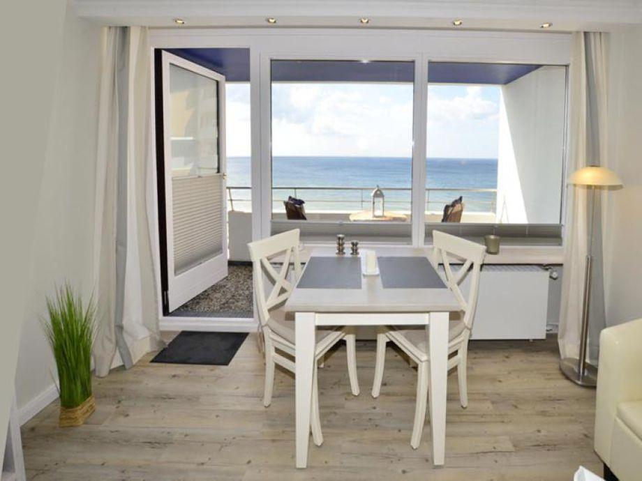 Essplatz am Fenster mit Blick auf die Nordsee