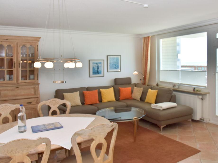 Wohnzimmer mit Essplatz, neuer Couchgarnitur und Zutritt zum Westbalkon