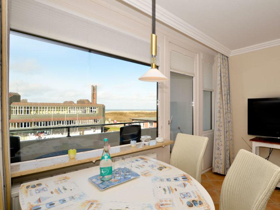 Wohnzimmer mit Eßplatz am Fenster und West-Loggia