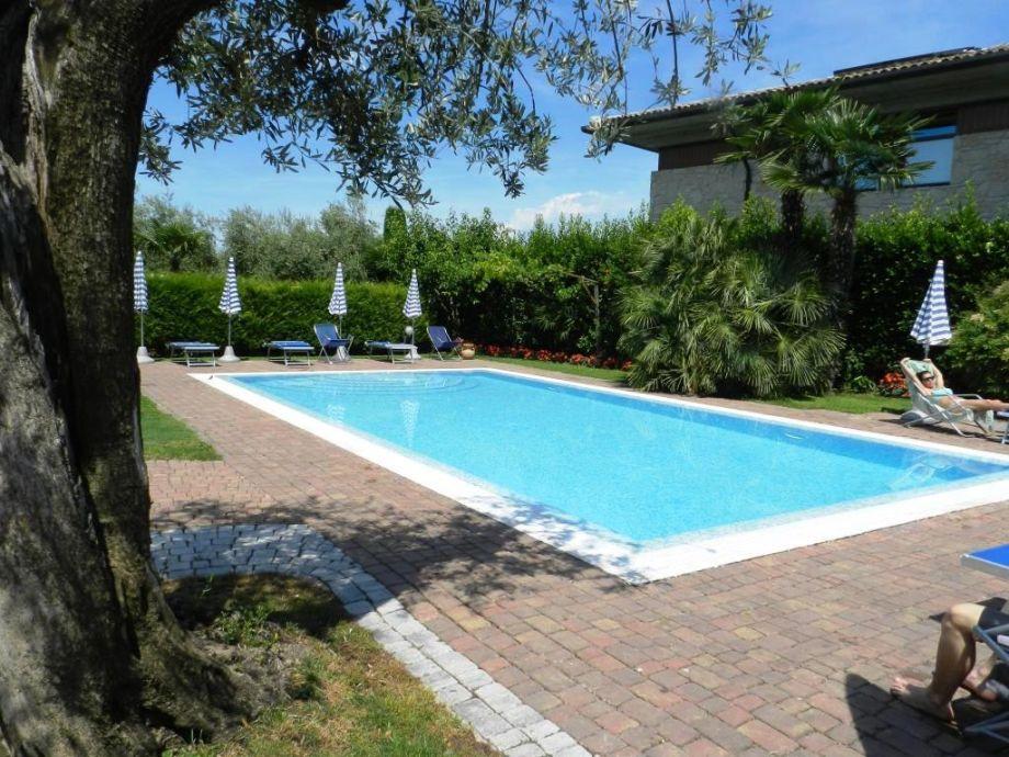 Schwimmbad mit Sonnenschirmen und Liegenstühlen