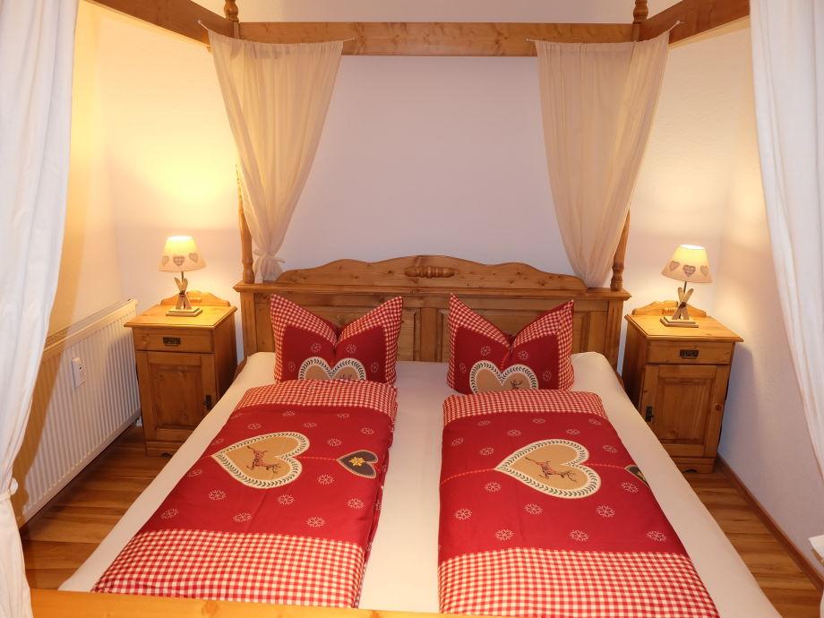 Romantisches Himmelbett im separaten Schlafzimmer
