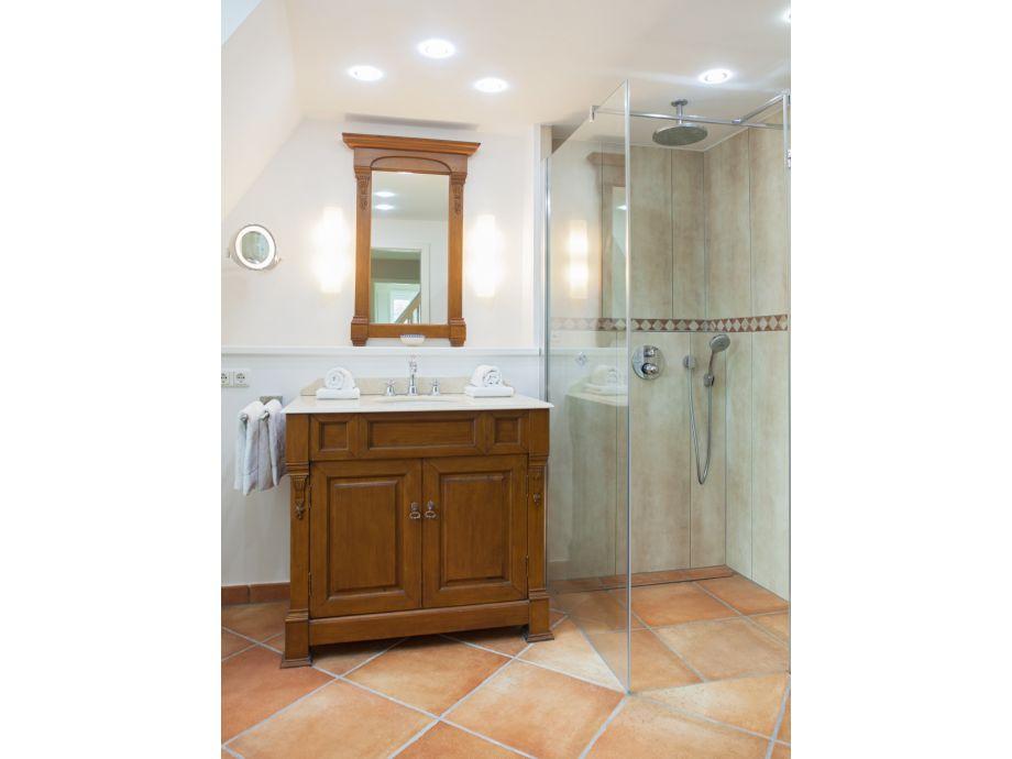 2. Badezimmer Mit Dusche Und WC Im 1. OG