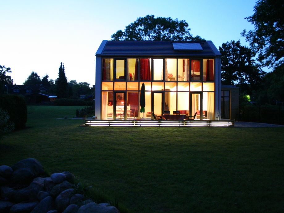 Haus beleuchtet am Abend