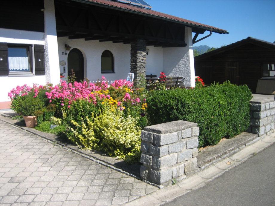 Eingangsbereich mit Blumenbeet