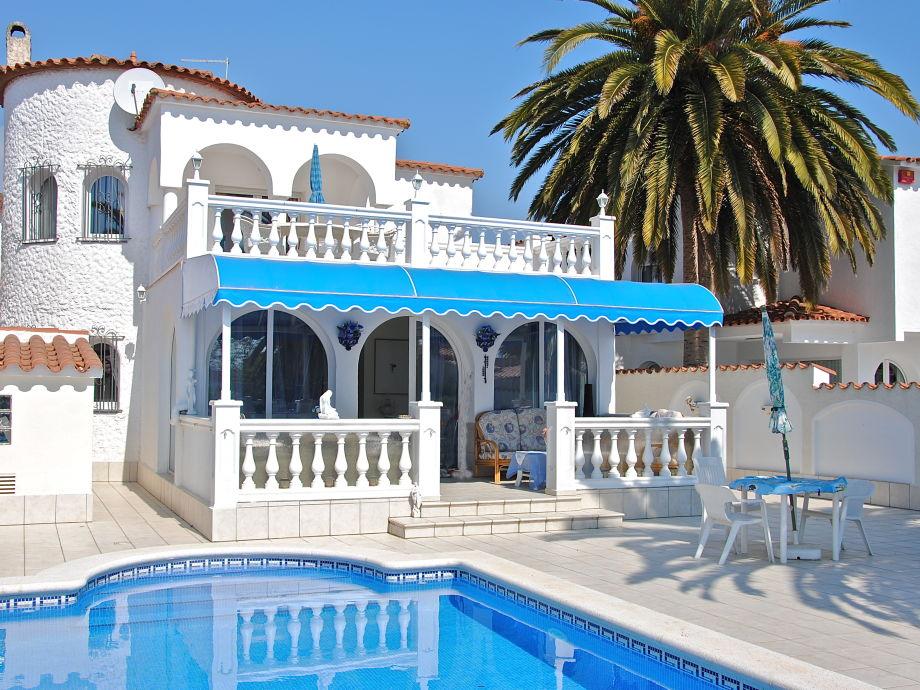 Außenaufnahme Villa Dora mit Pool und Bootsliegeplatz