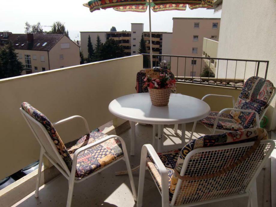 Überdachter sonniger Balkon mit See- und Alpenblick