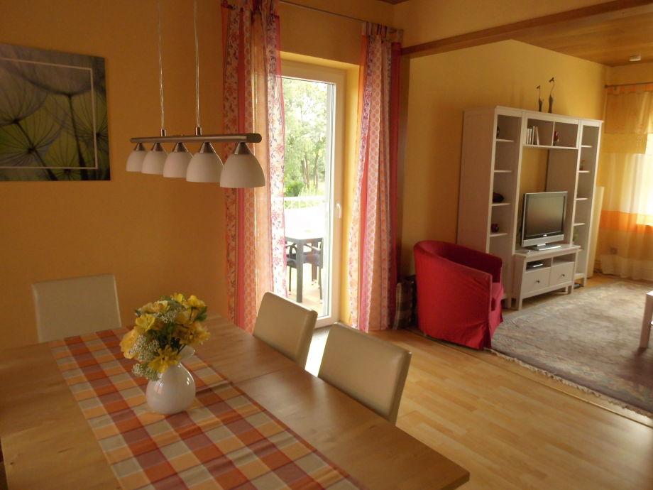 Ess- und Wohnbereich mit Tür zum Balkon