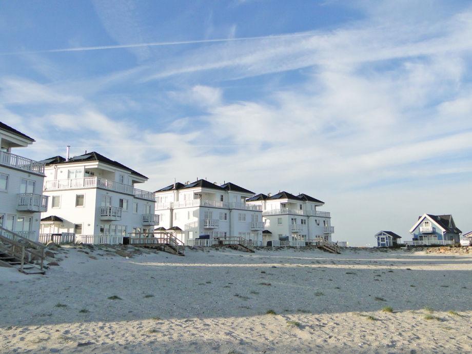 Die weißen Strandvillen am Strand des Ostseeresorts