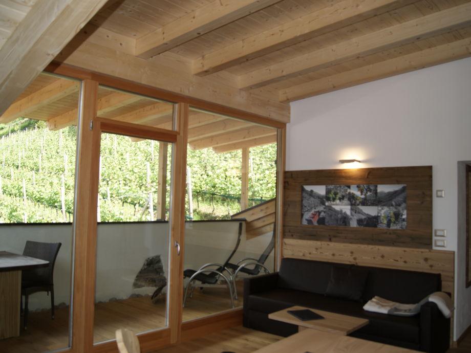 Wohnraum mit Esstisch, mit Blick in den Garten